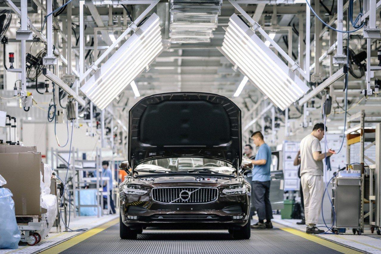 Reabren las fábricas de coches en China mientras que el resto echan el cierre