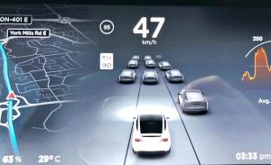 Los Tesla con FSD pararán automáticamente en semáforos y STOP