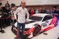 Robert Kubica muestra la decoración de su BMW M4 DTM