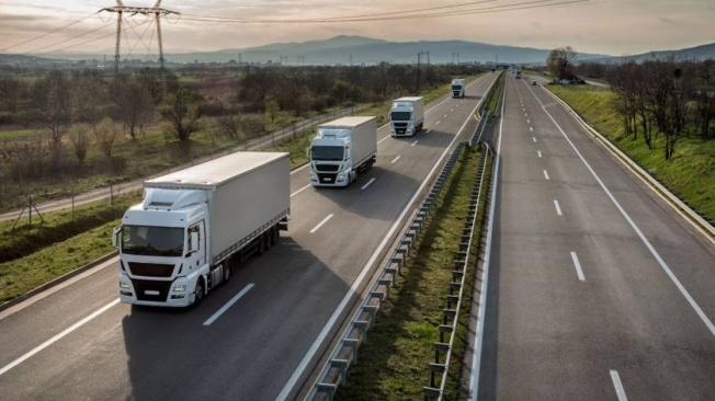 Camiones circulando por autovías