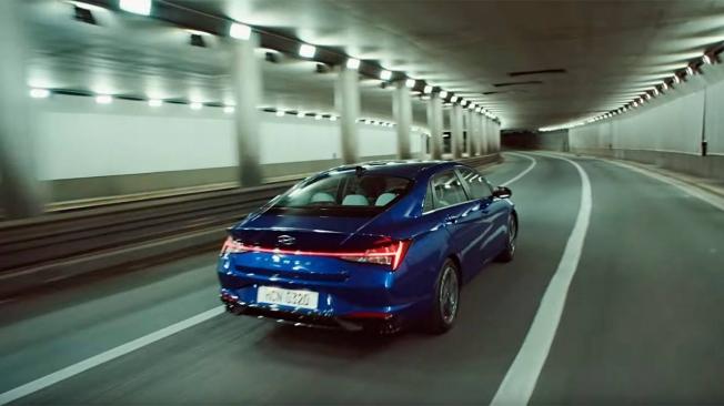 Hyundai Elantra 2020 - posterior