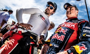 """Alonso: """"Compartir experiencia con Sainz y que ganase el Dakar fue bonito"""""""