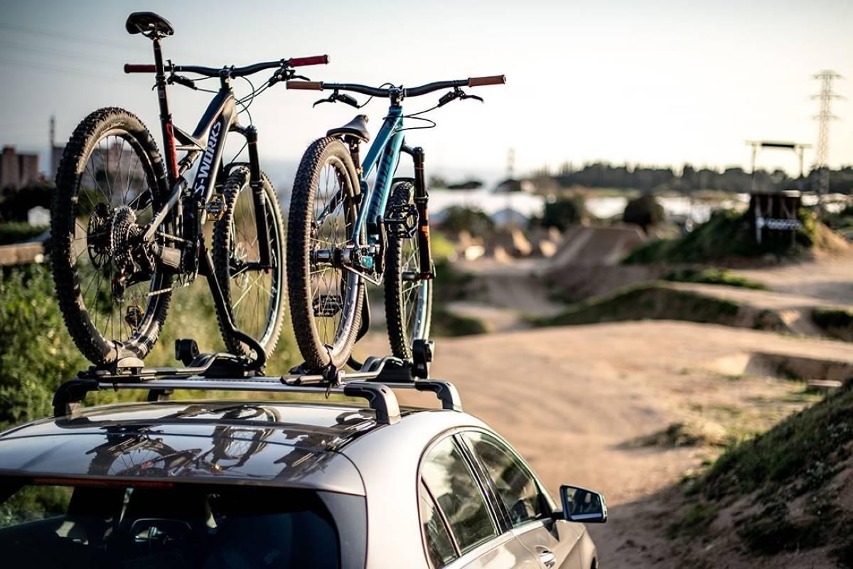 Cómo llevar la bici en el coche: opciones, accesorios y leyes