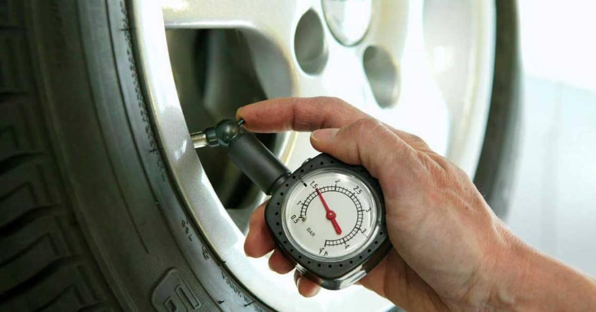 Qué presión poner a tus neumáticos, dónde verlo y cómo se hace