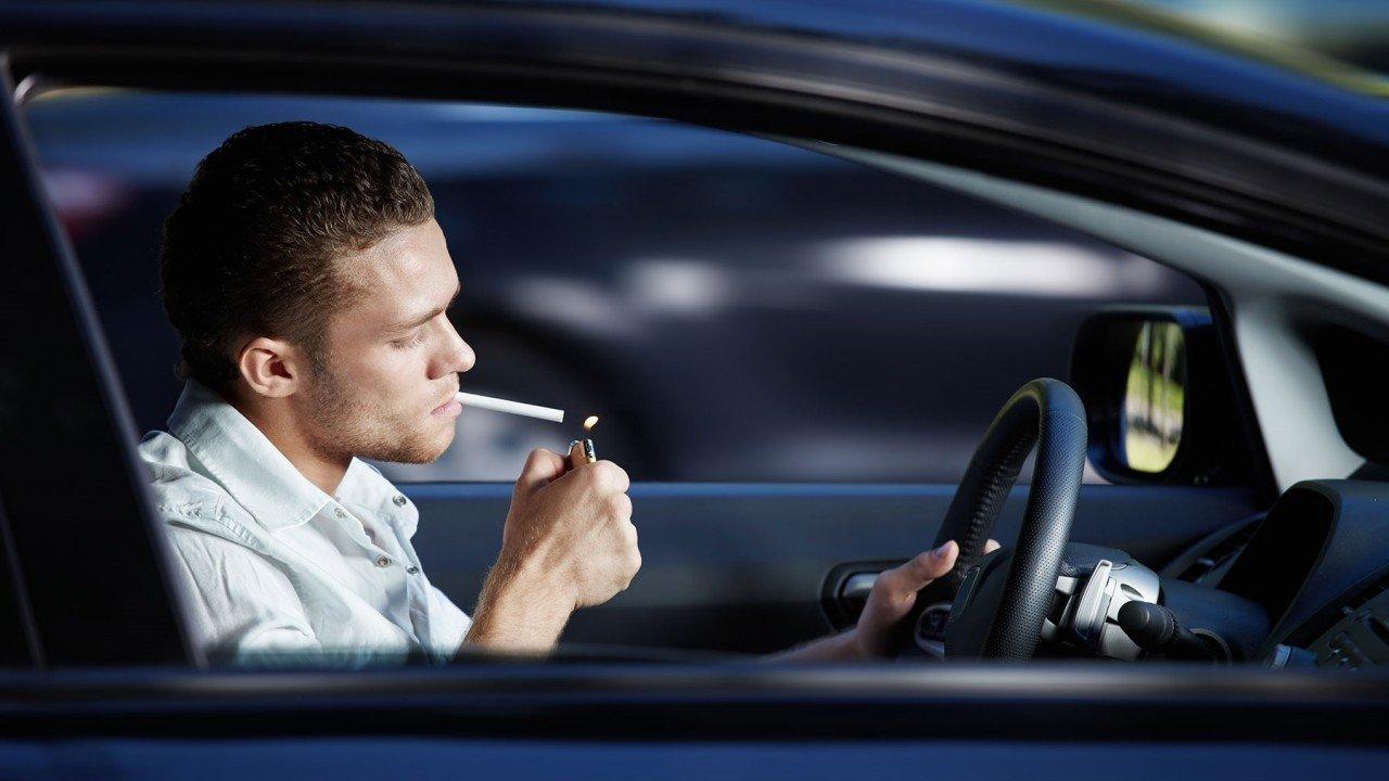 ¿Está prohibido fumar en el coche? Sal de dudas