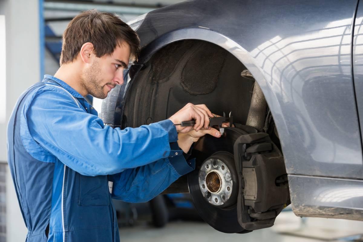¿Por qué chirrían los frenos de mi coche?