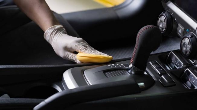 Desinfectar el interior del coche para eliminar el coronavirus