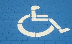 ¿Cuál es la multa por aparcar en una plaza de discapacitados?