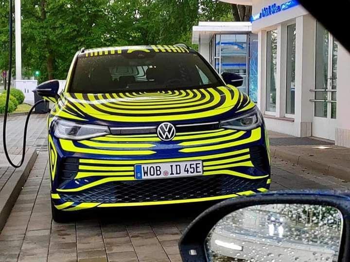 Cazado el nuevo Volkswagen ID.4 con el camuflaje promocional mientras carga la batería