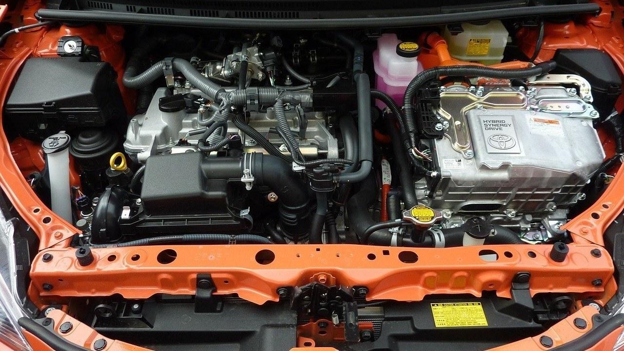 ¿Cómo funciona el motor de un coche híbrido? Estos son todos sus secretos