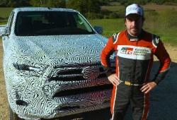 Toyota adelanta el nuevo Hilux 2021 con Fernando Alonso al volante [vídeo]