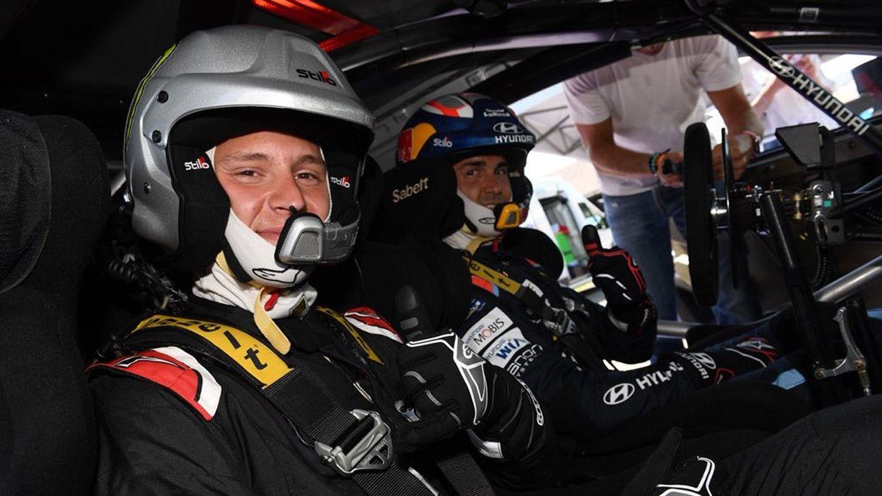 Sordo monta en su Hyundai i20 WRC Coupé a Quartararo y Morbidelli