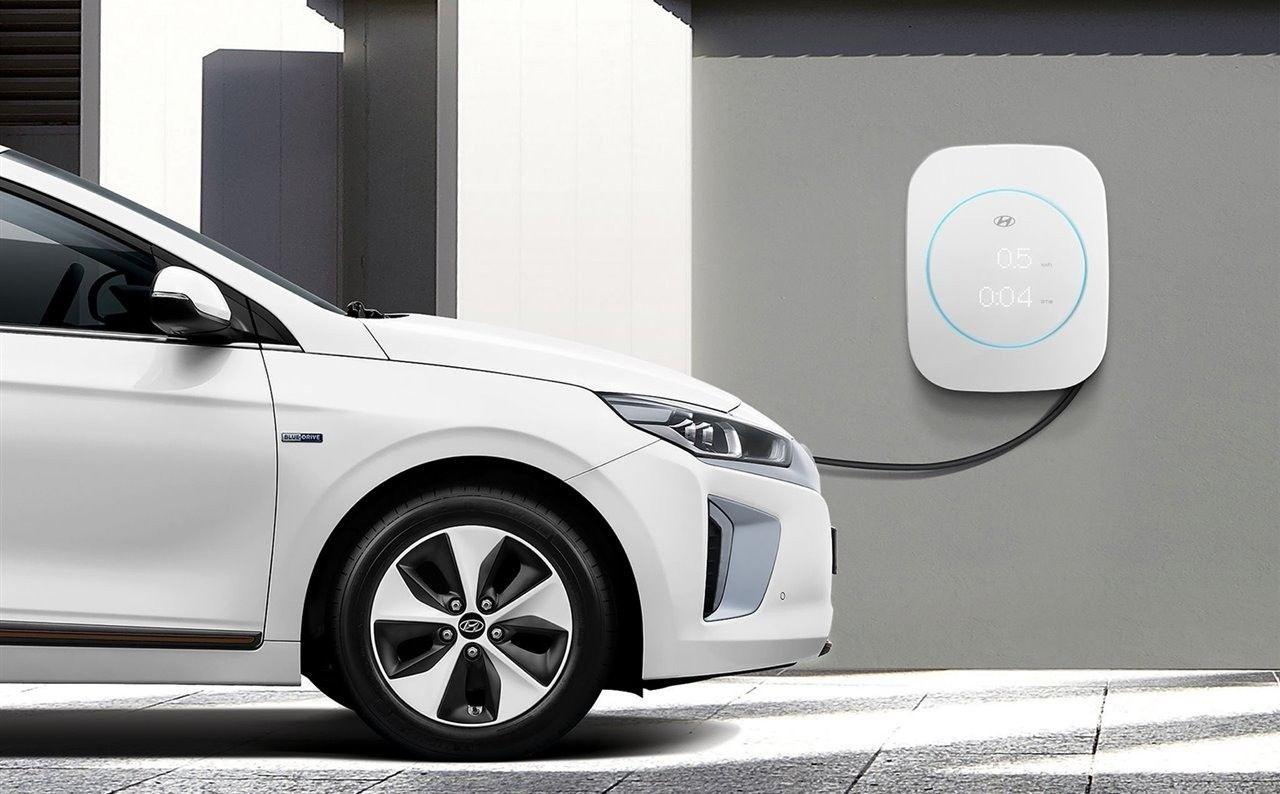 El consumo de los coches eléctricos vs combustión: te explicamos cómo hacerlo