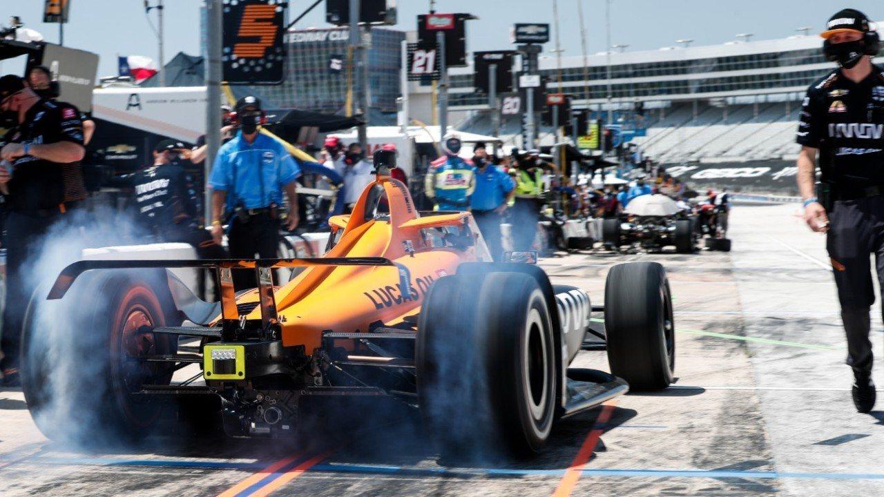 Las restricciones de viaje a Estados Unidos fuerzan planes alternativos para Alonso