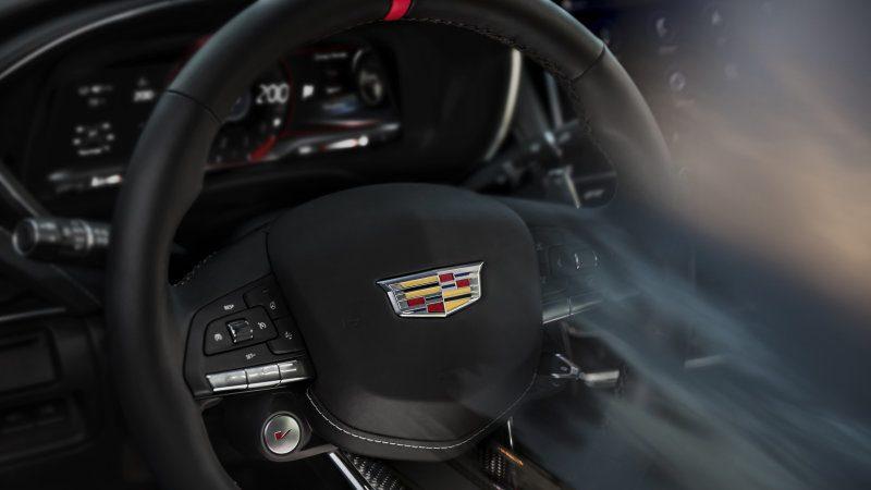 Cadillac desvela el volante de las versiones V-Series Blackwing a modo de teaser