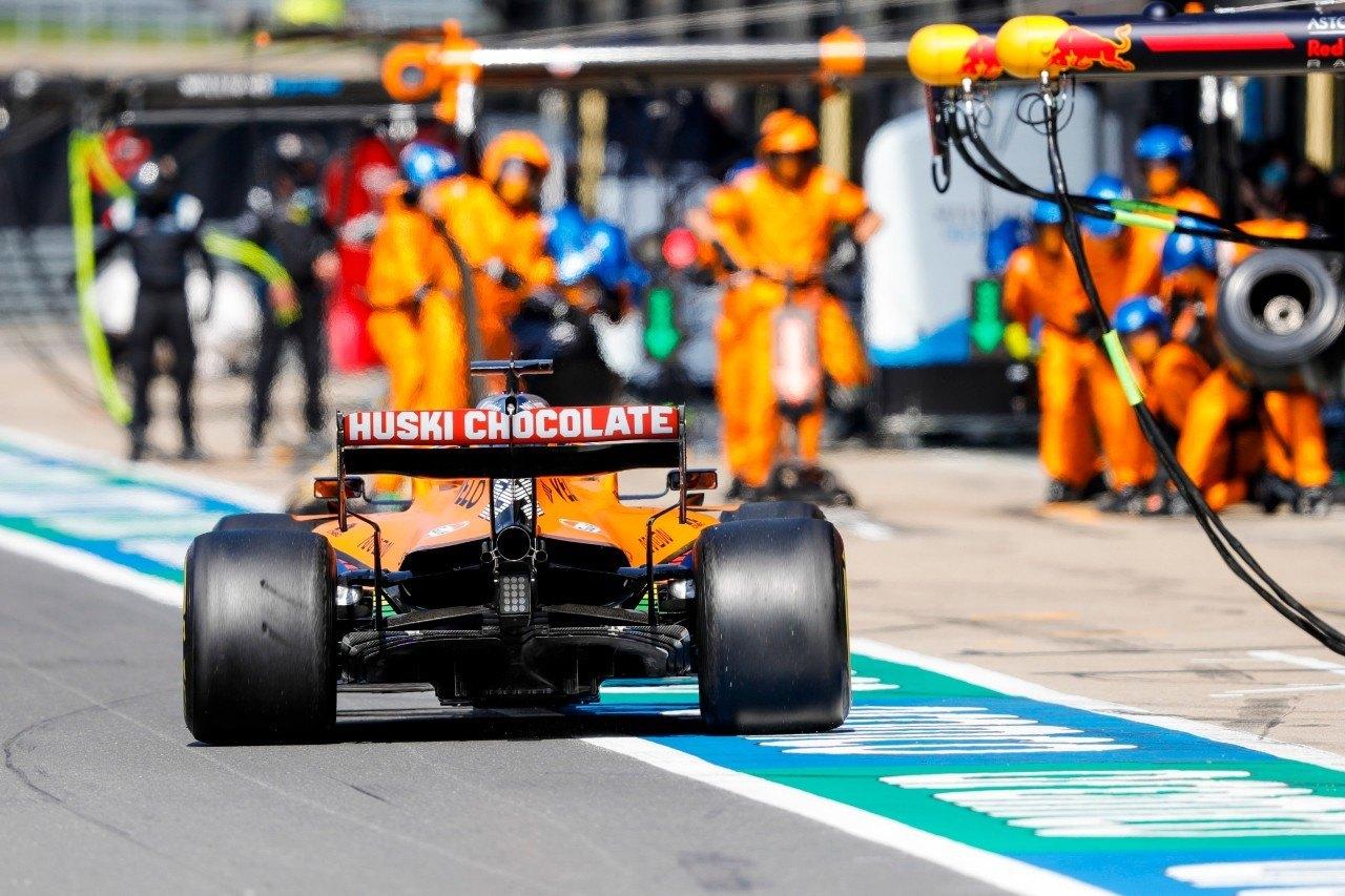 Continúa el sobrecalentamiento en el MCL35 de Sainz: «Hemos cambiado casi todo»
