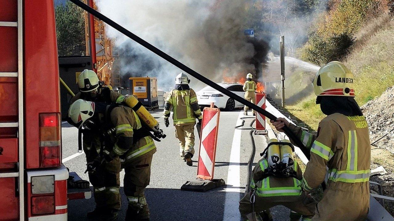 Bomberos alemanes sumergen los coches eléctricos para apagar los incendios