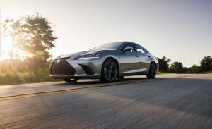 El Lexus ES estrena versión híbrida de tracción total en 2021