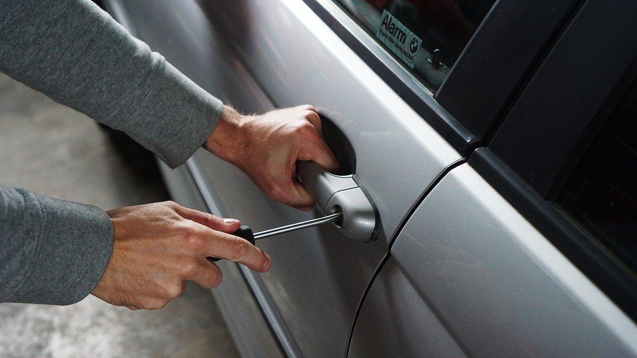 ¿Cuál es la multa por robar un coche? ¿Qué implicaciones penales tiene?