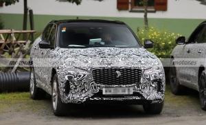Nuevas fotos espía del Jaguar F-PACE facelift dejan ver una nueva imagen frontal
