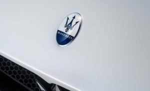 El Maserati MC20 estrena un nuevo diseño del emblema de la firma