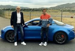 Fernando Alonso recibe su nuevo coche de empresa: el Alpine A110S
