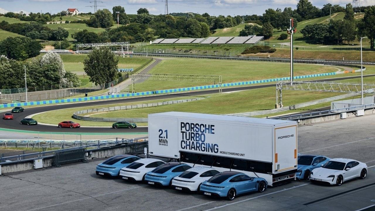 Porsche Turbo Charging, el cargador móvil para coches eléctricos más grande del mundo
