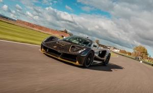 El Lotus Evija estrena los míticos colores de JPS para su primera vuelta en Goodwood