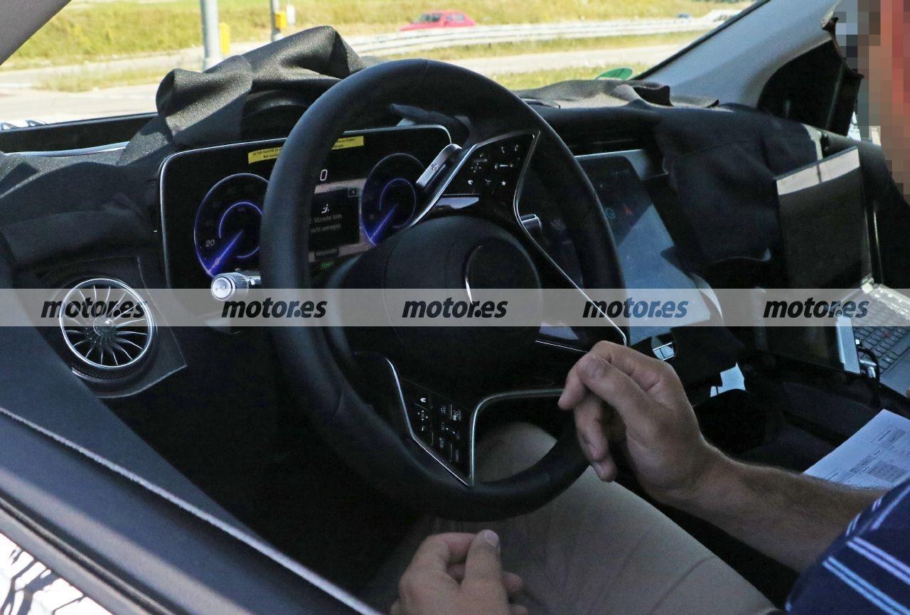 Nuevo vistazo al avanzado interior del futuro Mercedes EQS 2022 en nuevas fotos espía