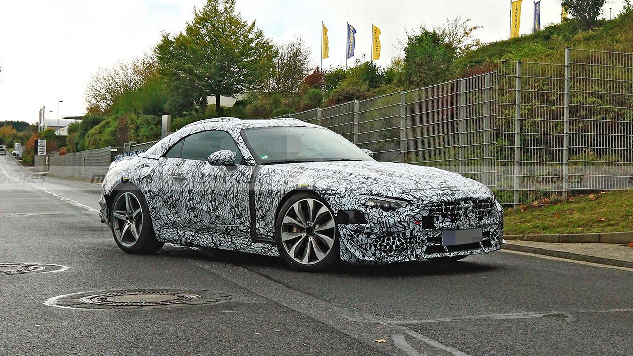 El nuevo Mercedes SL 2021 se deja ver a plena luz del día con menos camuflaje