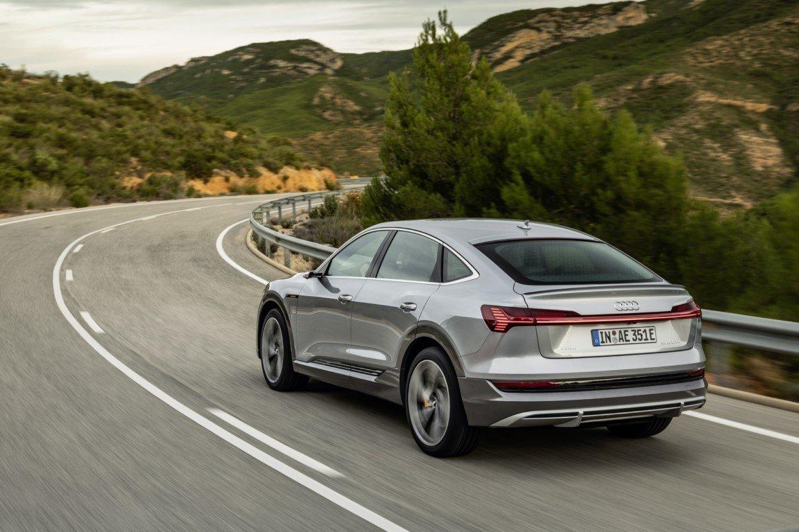 Los Audi e-tron, y e-tron Sportback, estrenan un cargador eléctrico el doble de rápido