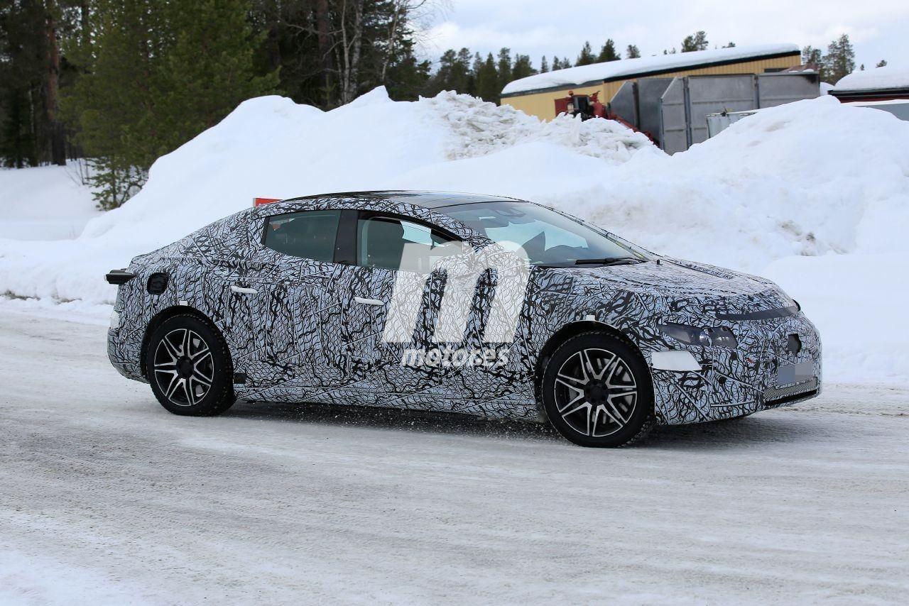 El nuevo Mercedes EQE cazado con todo detalle y en movimiento [vídeo]