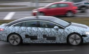 El nuevo Mercedes EQS 2022 se destapa y descubre nuevos detalles en un vídeo espía