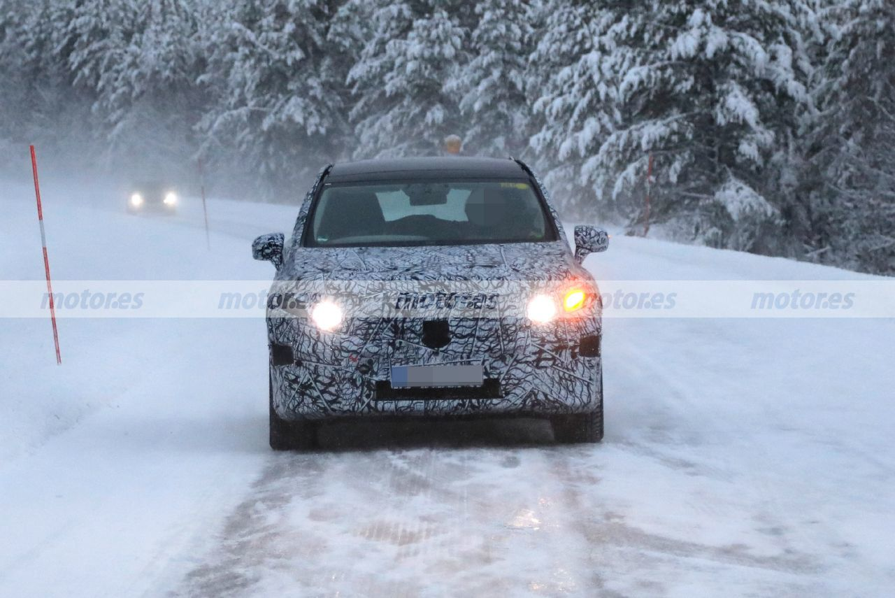 El futuro Mercedes EQS SUV 2022, avistado en las pruebas de invierno