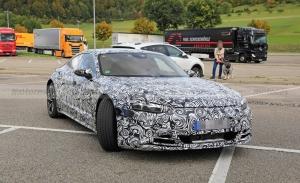 Un prototipo del Audi e-tron GT cazado cargando en la Autobahn