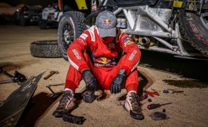 Loeb deja el Dakar de forma ejemplar: se sacrifica por ayudar a Nani Roma