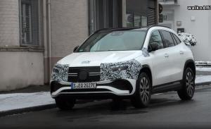 Un prototipo del nuevo Mercedes EQA 2021, virtualmente destapado en un vídeo espía