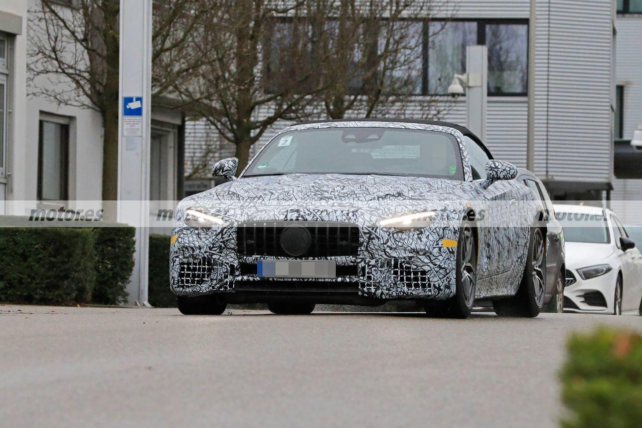 El Mercedes SL 2022 posa en nuevas fotos espía a las puertas de la sede de AMG