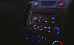 ¿Se gasta la batería del coche oyendo música con el motor apagado?