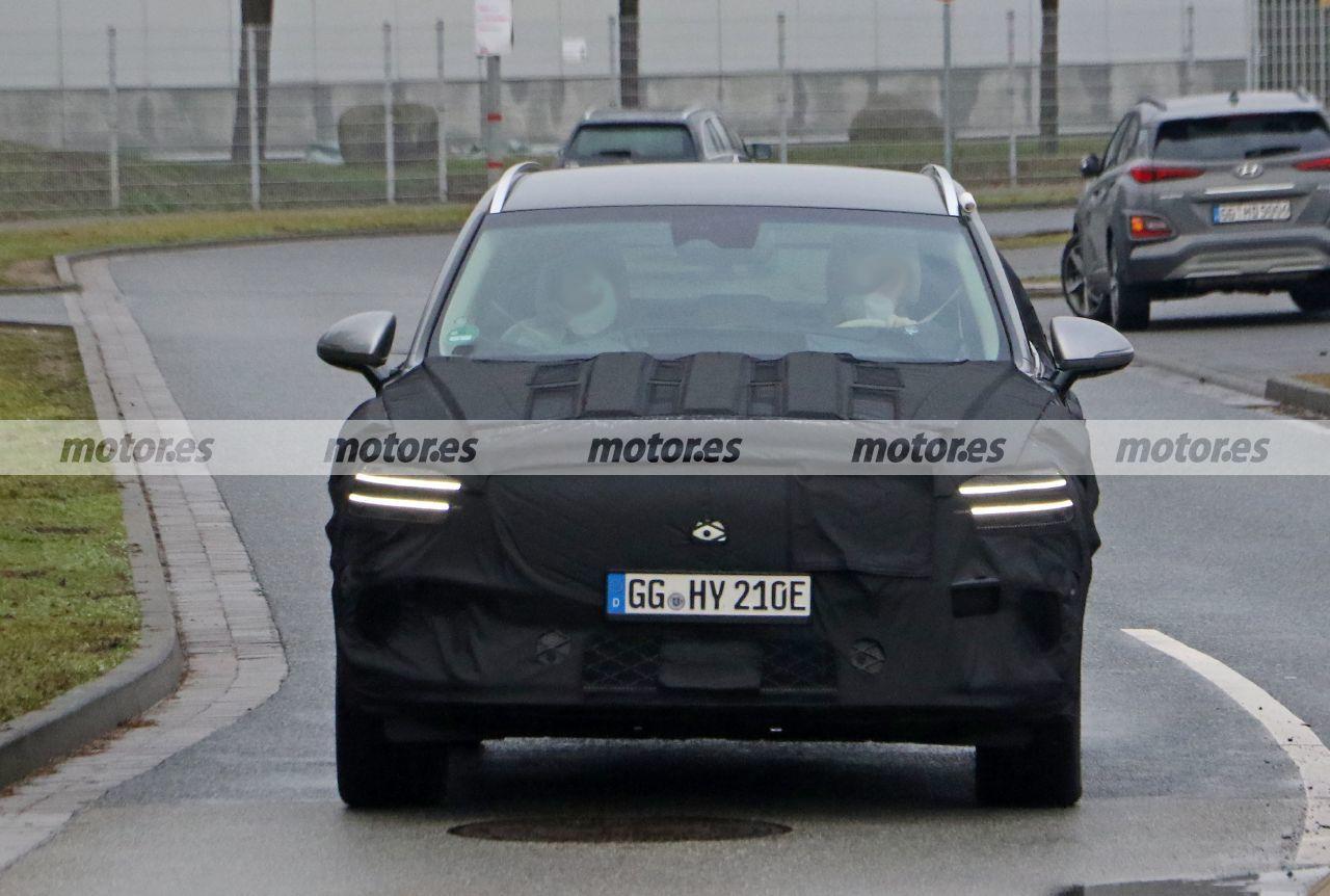 El Genesis eGV70 2022, rival coreano del BMW iX3, cazado en fotos espía en Europa