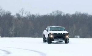 El GMC Hummer EV demuestra de lo que es capaz sobre la nieve [vídeo]