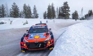 Ott Tänak baila en el hielo del Arctic Rally para empezar de líder