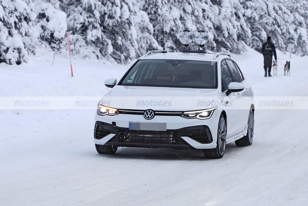 El nuevo Volkswagen Golf R Variant 2021 posa sin camuflaje sobre la nieve