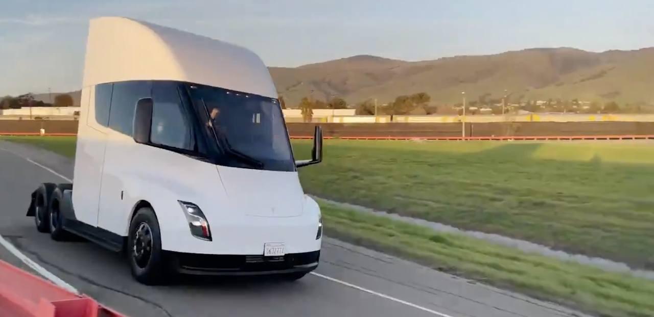 El Tesla Semi se vuelve a retrasar a 2022 por falta de baterías