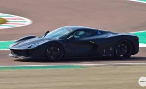 Las mulas del futuro hypercar de Ferrari pierden el camuflaje en Fiorano