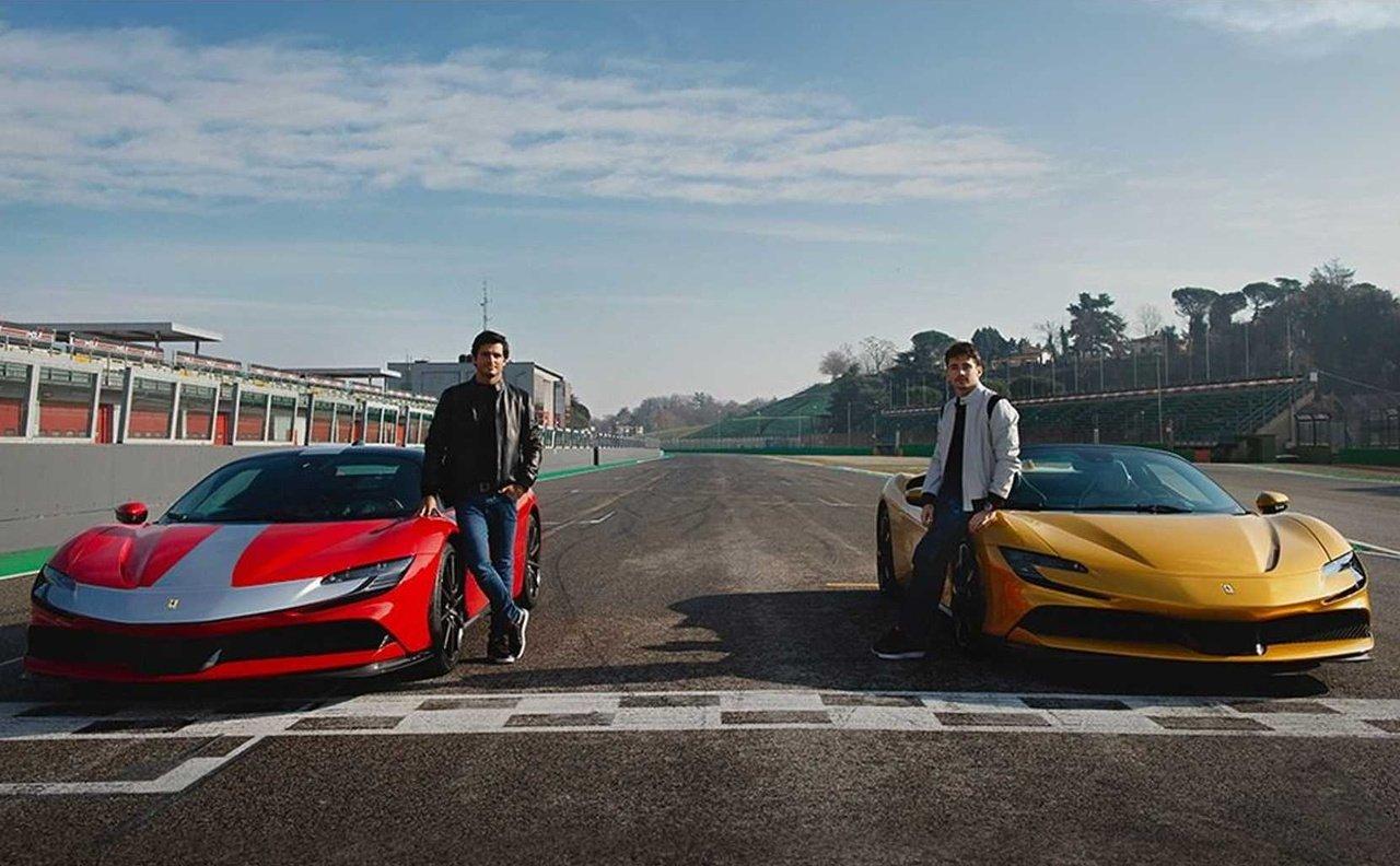 Carlos Sainz y Charles Leclerc exprimen el Ferrari SF90 Stradale a fondo en Imola