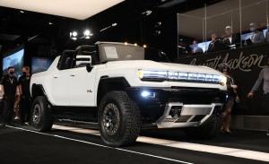 El primer GMC Hummer eléctrico fabricado subastado por 2.5 millones