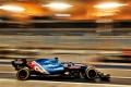 Fernando Alonso roza las 130 vueltas en su debut y Mercedes da una de cal y una de arena