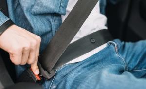 Cómo cambiar el cinturón de seguridad del coche