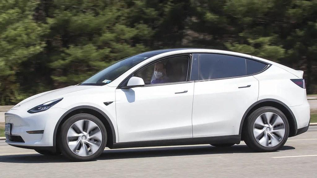 """Cómo """"engañar"""" a un Tesla para no precisar conductor al volante con Autopilot"""